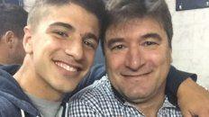 Hijo y padre. Nicolás Straccia, jugador charrúa, junto a su padre Marcelo, DT de Merlo.
