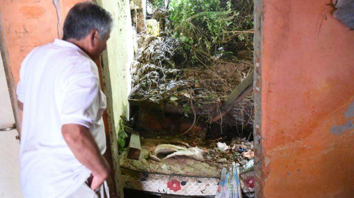 El padre de una de las víctimas observa cómo quedó la casa donde ocurrió la tragedia.