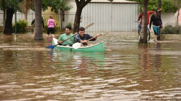 Remando. Varios vecinos tuvieron que trasladarse en bote por algunas calles de la localidad.