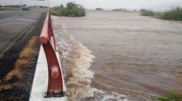 Al límite. El arroyo Colastiné, al borde de la autopista Rosario-Santa Fe.