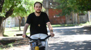 En el barrio. El cura Federico Salmerón recorriendo las calles en bicicleta. Los chicos que antes rompían los búnkers, ahora son soldaditos, asegura.