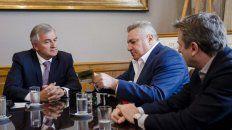 La firma. El gobernador de Jujuy y los directivos de la empresa norteamericana al suscribir el acuerdo.