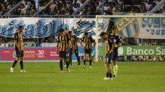 Imagen de la derrota. Los jugadores de Central se muestran cabizbajos luego de sufrir la caída el viernes a la noche contra Atlético Tucumán. El equipo de Bauza no levanta.