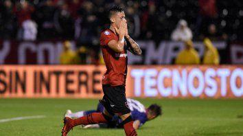 Lamento. Fértoli sufre el gol que se perdió ante Defensa al estrellar la pelota en el palo del arco de Unsain.