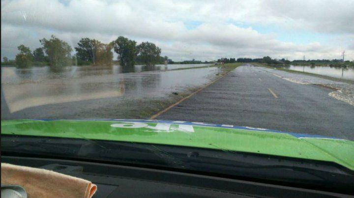 El arroyo Colastiné inundó la calzada de la autopista a Santa Fe.