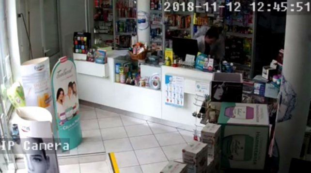 En la imagen se puede apreciar al ladrón junto a la empleada.