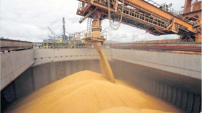 En el Puerto de Rosario cargan entre 8 y 10 barcos de cereales por mes.