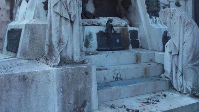 Blanco: la tumba del policía Falcón.