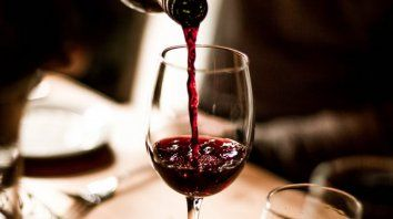 Una ayuda. En el local aseguran que si dejan que los clientes traigan su vino, la cuenta no será tan alta y se podrá salir a cenar afuera.