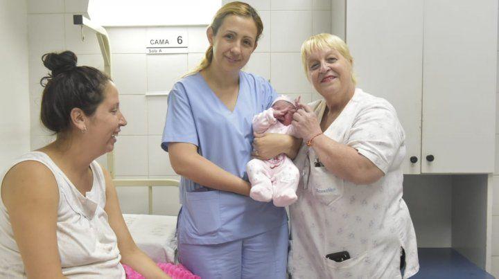 Silvina y Adriana junto a la pequeña Elvira. Mamá Ailen contempla la escena.