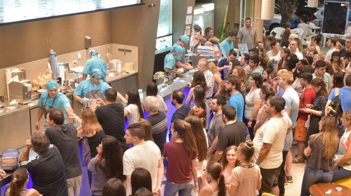 Mucha gente. Las heladerías de Rosario lucieron anoche a pleno.