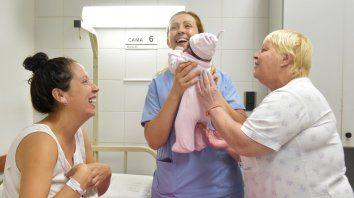 felicidad. Ailén, la mamá, mira sonriente cómo las enfermeras que atendieron su parto acarician a la pequeña Elvira.