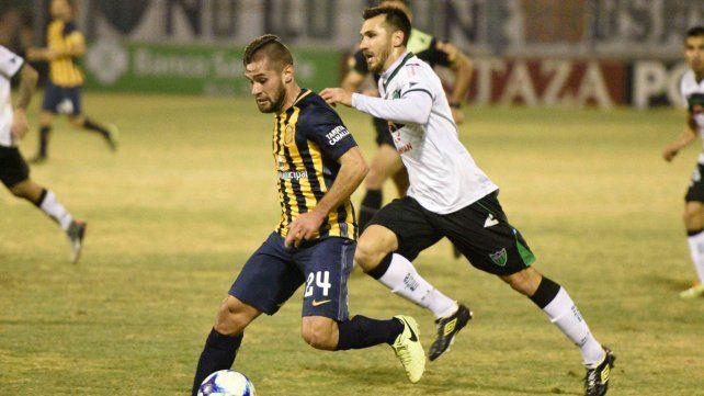Al pie. Becker ataca en el partido ante San Martín de San Juan