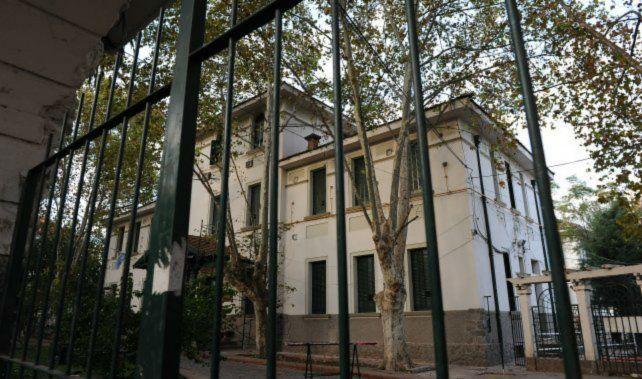 ¿Encerrado? Cristian Gabriel A. logró escapar del hospital de Suipacha y Santa Fe ante la vista de su custodio.
