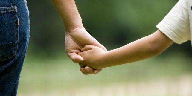 Juntos a la par. Los niños están expectantes en conseguir un hogar.