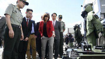 Fierros. La ministra mostró, junto a autoridades chinas, parte del equipo.