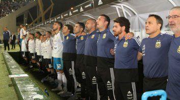 Scaloni, su cuerpo técnico y los suplentes cantan abrazados el himno nacional antes del inicio del partido en Córdoba.
