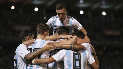 Gran festejo. Gio Lo Celso se trepa a la montaña humana encima de Ramiro Funes Mori, el autor del primer gol.