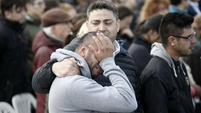 Familiares de los tripulantes a poco de trascender la noticia de la desaparición