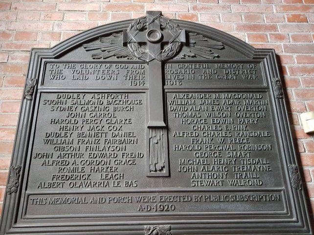 La iglesia San Bartolomé es un lugar emblemático de la comunidad británica. Una placa recuerda a los voluntarios que fueron a la guerra.