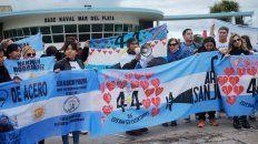 Desenlace. Parte de los familiares de los tripulantes se concentraron ayer en la base naval de Mar del Plata.
