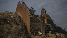 A toda prisa. Trabajadores estadounidenses construyen un tramo de la cerca que separa al país de México.