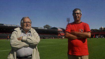 Oliveri y Fernández se dedican desde hace años al cuidado del césped del Coloso. El lunes soportó un diluvio en el partido entre Newells y Defensa y Justicia.