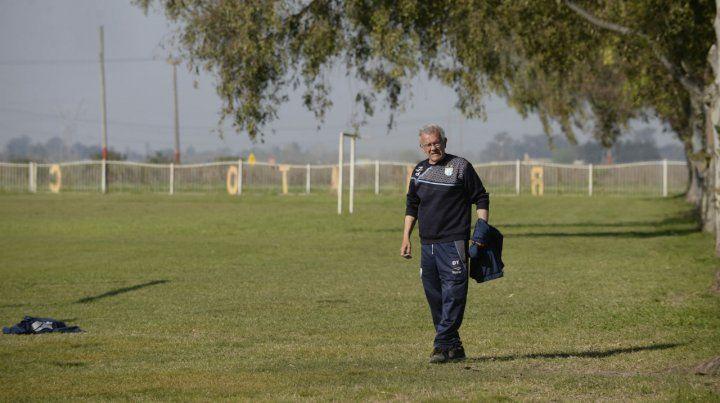 En su casa. El Indio Jorge Solari camina por las canchas de Renato. Allí arrancó a jugarsu sobrino Santiago.