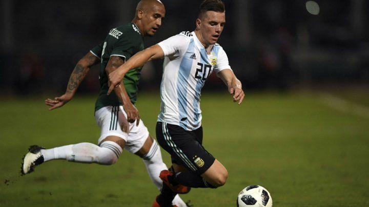 Puro talento. Lo Celso se lleva la pelota ante la marca del mexicano Julio Domínguez.
