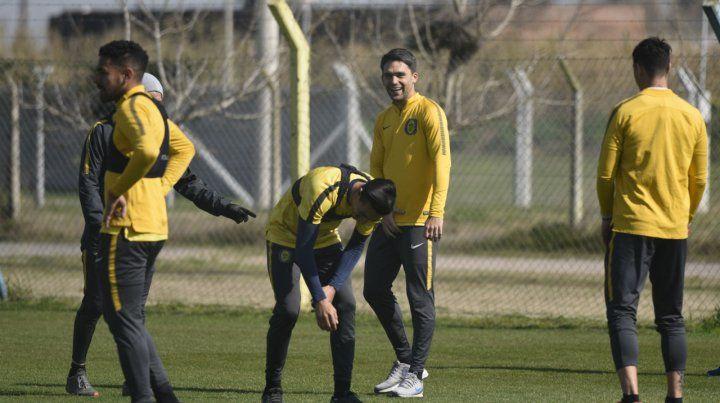 El defensor sonríe en la práctica junto a Camacho (agachado) y Ortiz. Los tres serán titulares hoy en Córdoba.