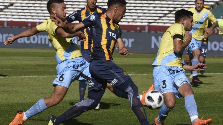 Ortiz trata de sacar un centro al área del Gasolero.
