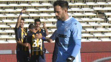 El arquero García lo lamenta, mientras en el fondo festejan Zampedri, Lovera y Camacho.