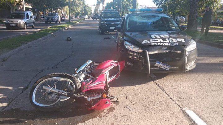 Un motociclista está internado grave tras chocar de frente con un patrullero