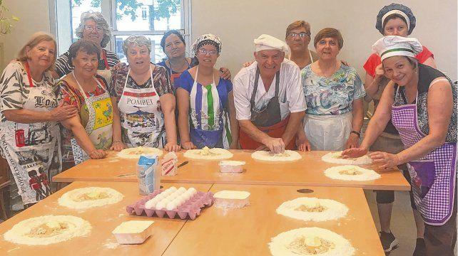 En la masa. Franco Di Vito con un grupo de alumnas a punto de dictar una clase sobre pan dulce. La clase incluye la degustación de lo elaborado.