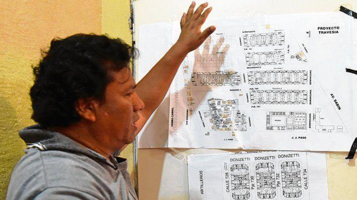 El proyecto. Medina repasa los planos del plan que quedó inconcluso.