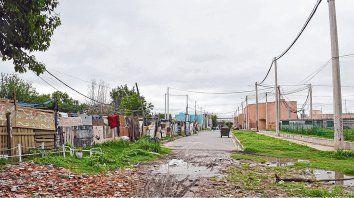 Convivencia de contrastes. Las casillas crecen en  medio del barrio de casas nuevas, construidas para familias de la  comunidad qom.