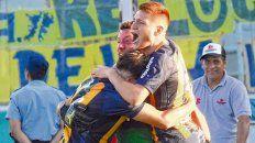 El desahogo final. Alfonso Parot abraza a Jeremías Ledesma y el Colorado Gil, los grandes responsables de la clasificación canalla al partido decisivo de la Copa Argentina.