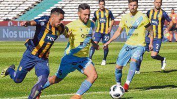 A pelear. Marcelo Ortiz y Demartini luchan a brazo partido para ganar la posición y quedarse con la pelota. Una síntesis del juego.