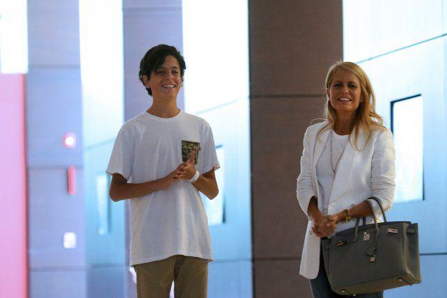 Máximo, feliz junto a su madre, luego de recibir el alta en la clínica.