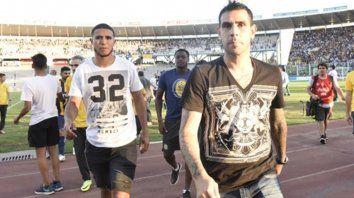 De civil. Cabezas, Arismendi y Herrera, todos lesionados, en el campo tras el festejo.