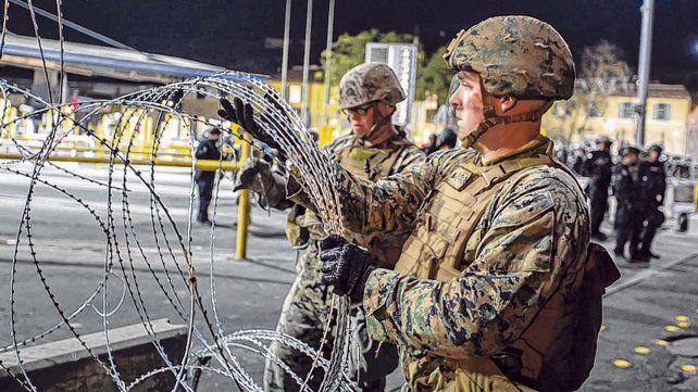 Mano dura. Los militares de EEUU tienden barreras de alambre de púas en los cruces fronterizos frente a Tijuana.