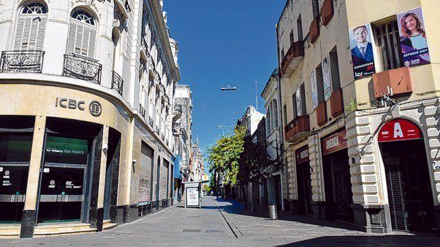 Desierta. Así lucía la peatonal Córdoba. La decisión de los comerciantes de cerrar los negocios