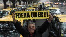Foco de resistencia. Los taxistas se oponen férreamente a que  desembarque Uber en Rosario. Son una gran remisería ilegal, sostienen.