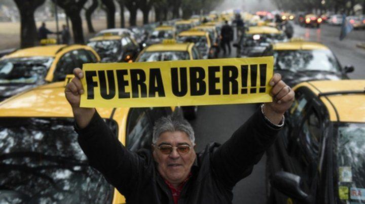 Foco de resistencia. Los taxistas se oponen férreamente a que  desembarque Uber en Rosario. Son una gran remisería ilegal