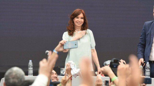 Calor y militancia. CFK encabezó la apertura de la denominada contracumbre del G-20 en el club Ferro.