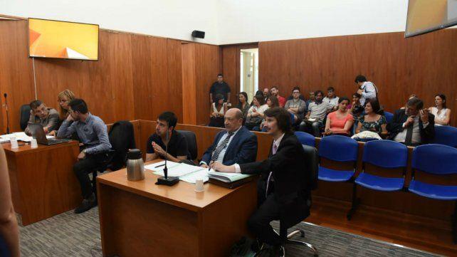 Akerman junto a sus abogados poco antes de que se inicie el debate.