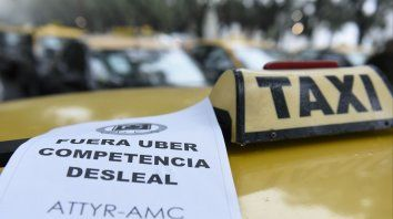 Los taxistas rosarinos rechazan la llegada de Uber.