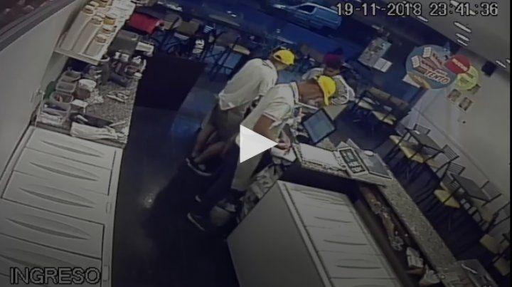 Un hombre se hizo pasar por ladrón y se llevó la recaudación. (Foto: captura de video)