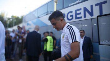 Paulo Dybala llega al estadio junto a la mayoría de la delegación.