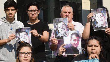 Desaliento. Familiares y amigos de Nahuel Fernández, sin noticias.